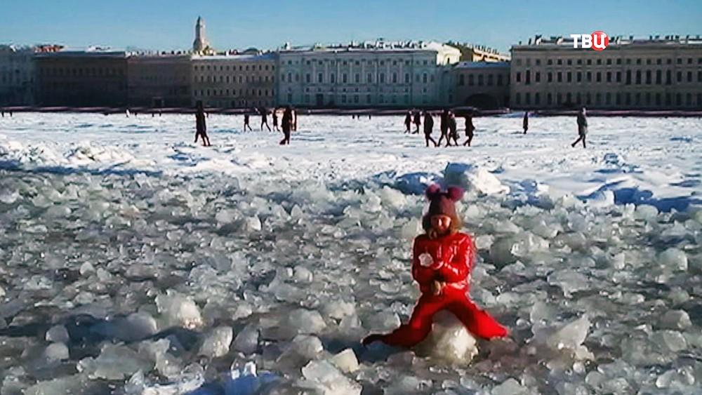 Жители Санкт-Петербурга ходят по замерзшей Неве
