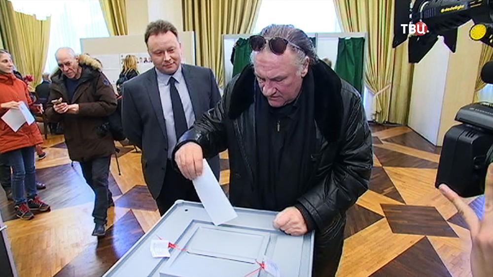 Жерар Депардье голосует на выборах президента России