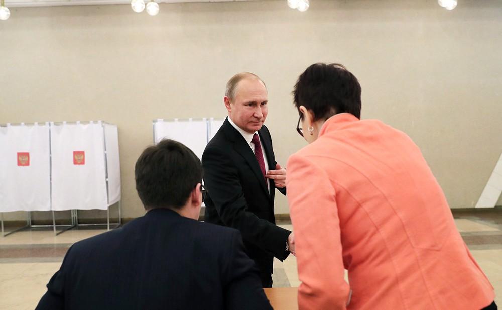 Владимир Путин во время голосования на выборах президента России