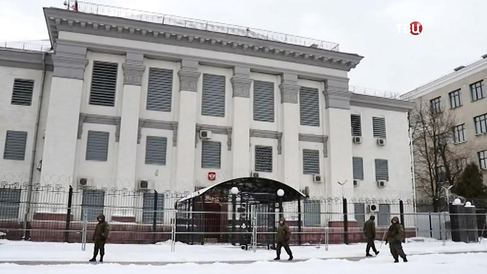 Оцепление у здания посольства России на Украине