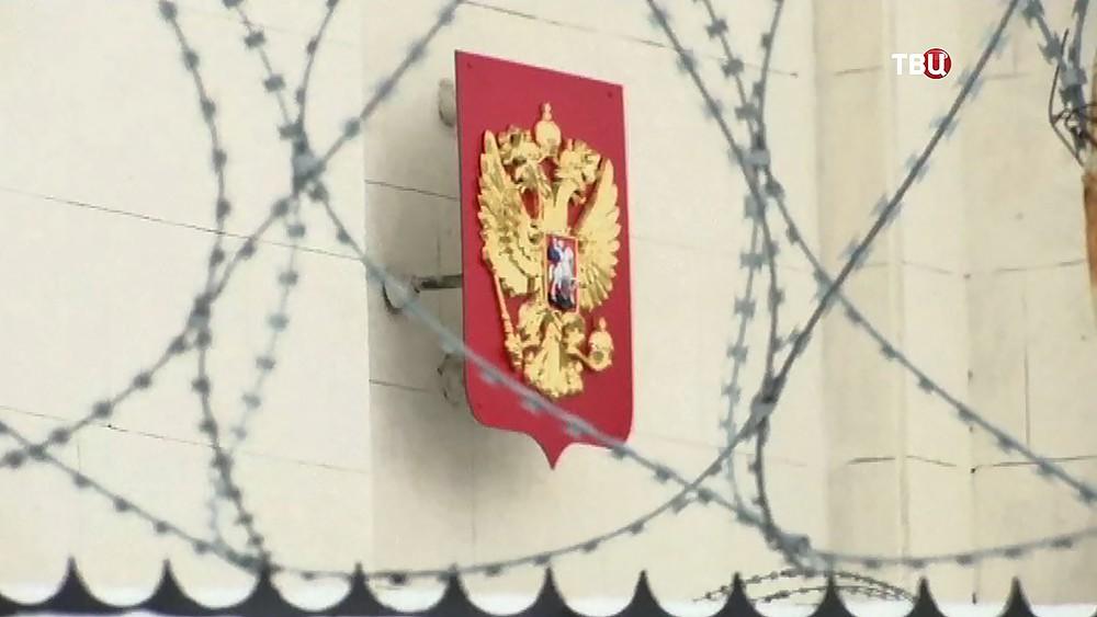 Герб России в колючей проволоке