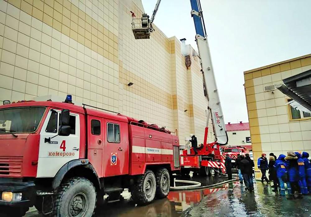 """Тушение пожара в торговом центре """"Зимняя вишня"""" в Кемерово"""