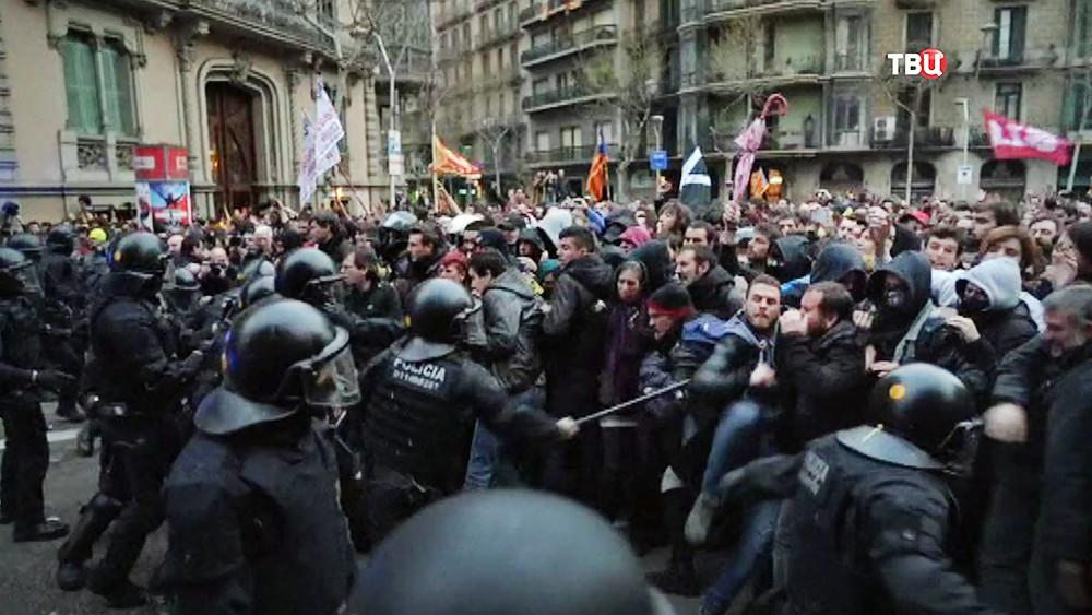 Полиция Испании и протестующие