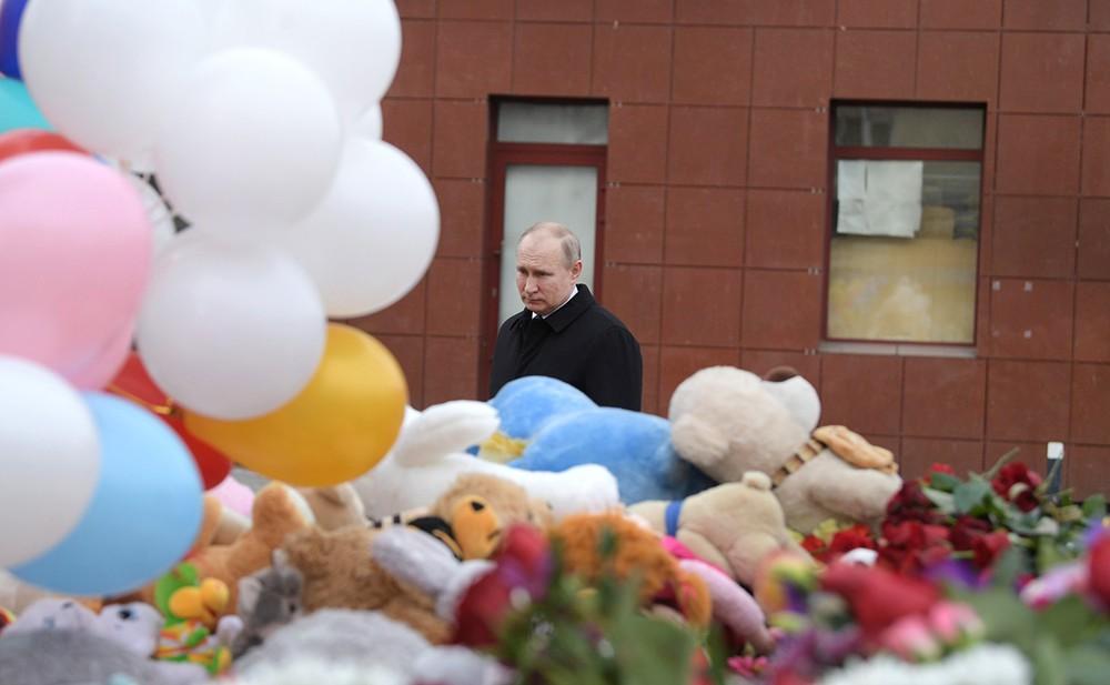 Владимир Путин возложил цветы почтил память погибших при пожаре в Кемерове