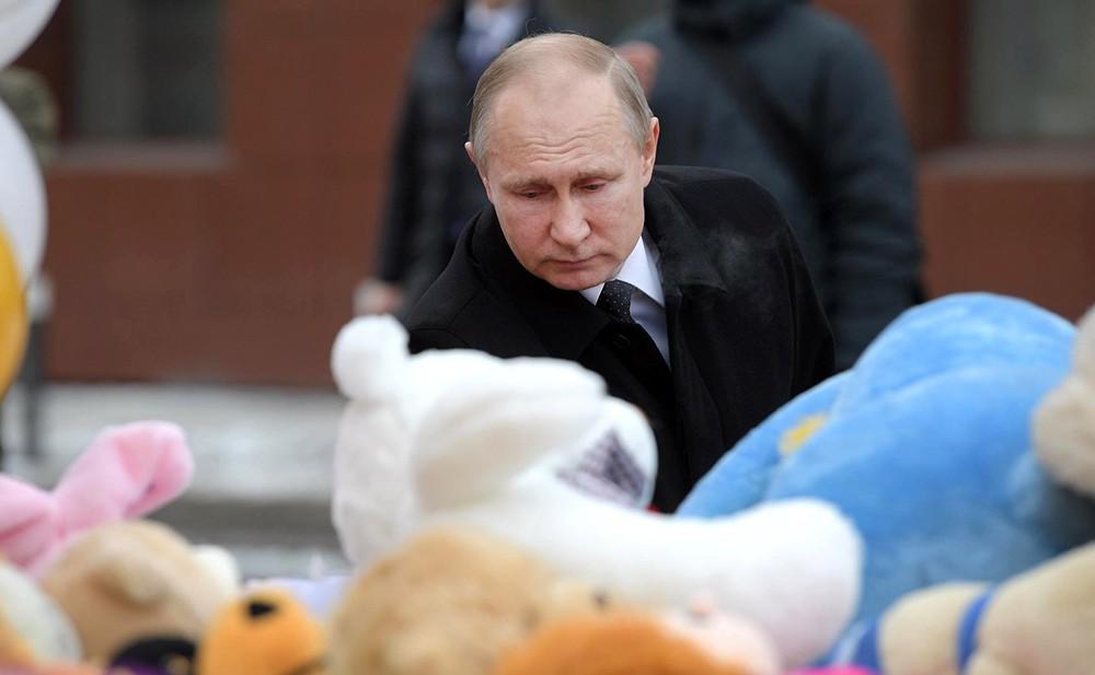 Владимир Путин возлогает цветы в память о погибших при пожаре в Кемерове