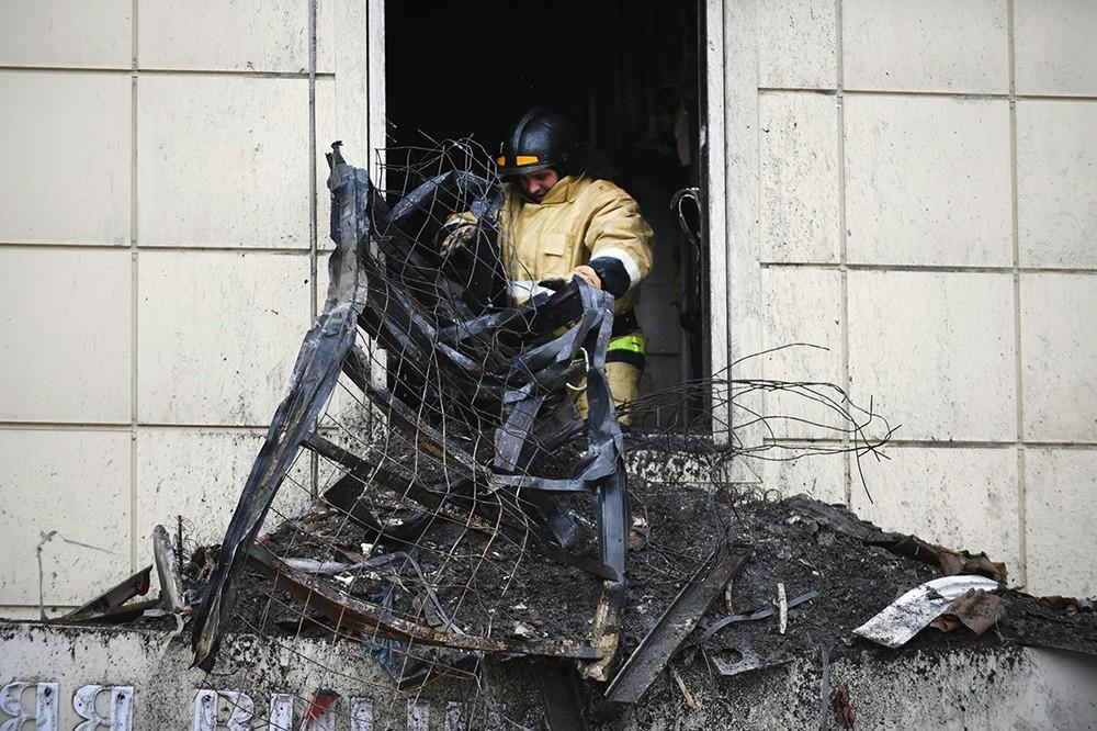Пожарные работают в сгоревшем торговом центре в Кемерове