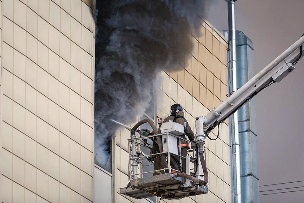 """Пожарные на месте возгорания в торговом центре """"Зимняя вишня"""" в Кемерово"""