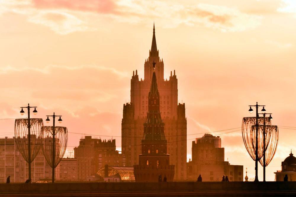 Кремль на фоне здания МИДа