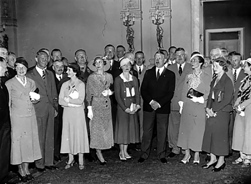 Адольф Гитлер во время приема английских спортивных пилотов в Рейхской канцелярии в Берлине (Германия, 8 июня 1933 года)