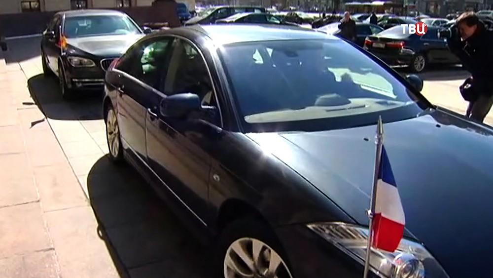 Автомобили посольств Франции и Германии