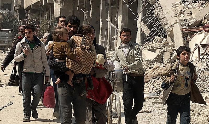 Жители Сирии выходят через гуманитарный коридор