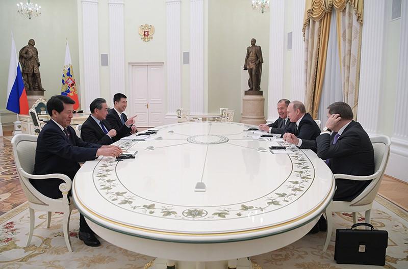 Президент России Владимир Путин и специальный представитель председателя КНР, министр иностранных дел КНР Ван И во время встречи