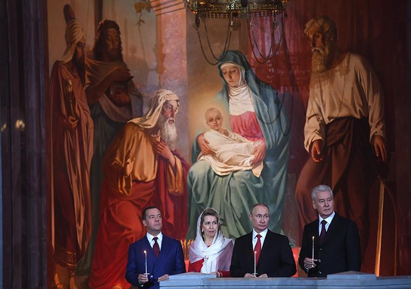 Владимир Путин, Дмитрий Медведев с супругой Светланой и Сергей Собянин во время пасхального богослужения