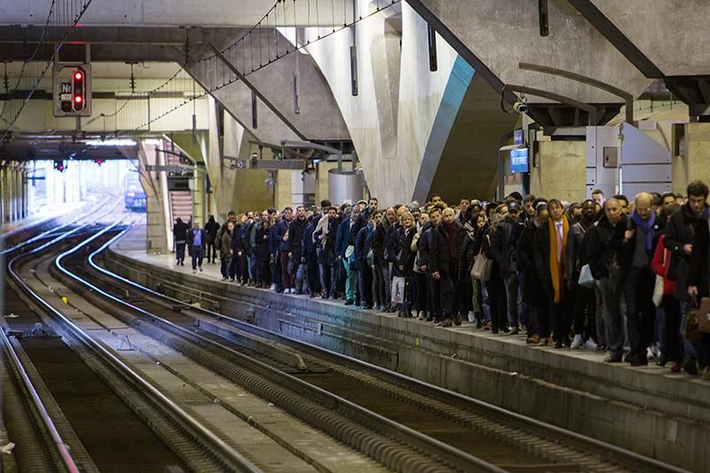 Пассажиры на перроне вокзала Монпарнас в Париже