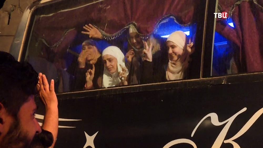 Выход боевиков и их семей из зоны боевых действий в Сирии