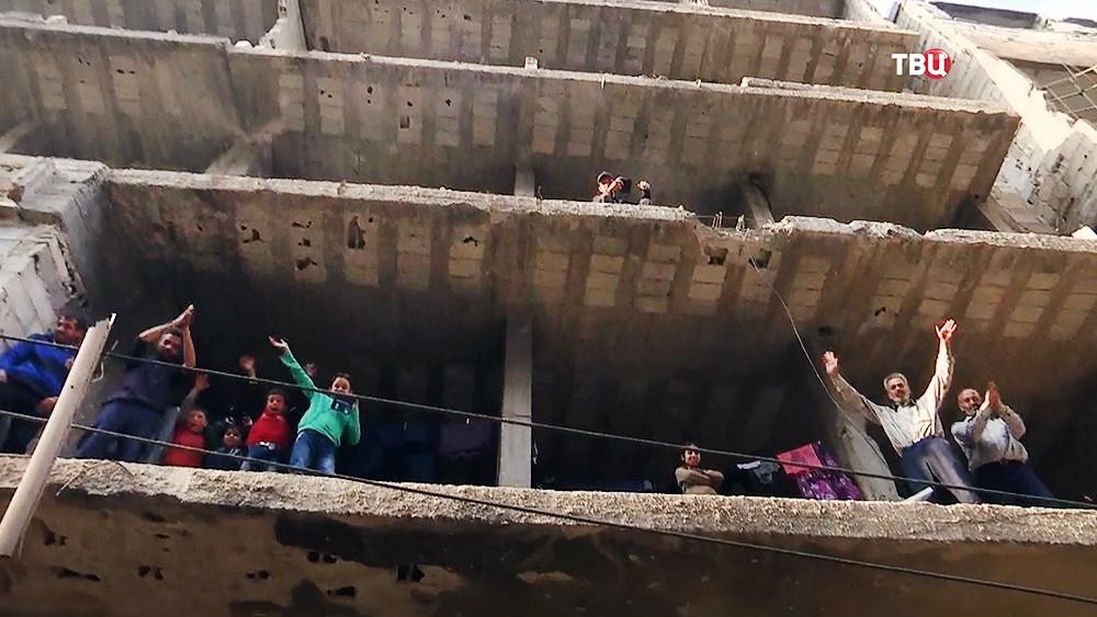 Жители Сирии празднуют освобождение города