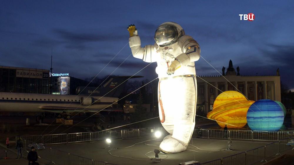 "Фигура космонавта возле павильона ""Космос"" на ВДНХ"