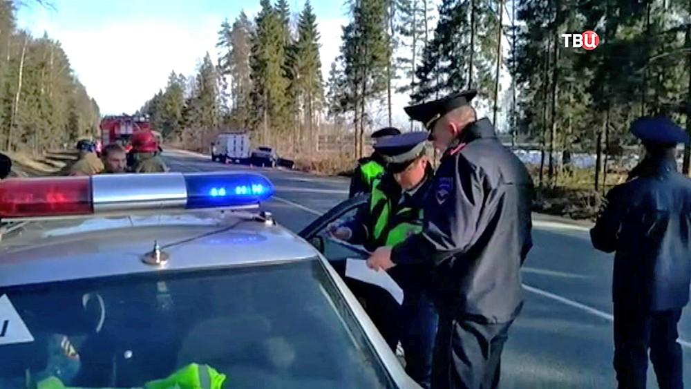 Инспекторы ДПС на месте ДТП