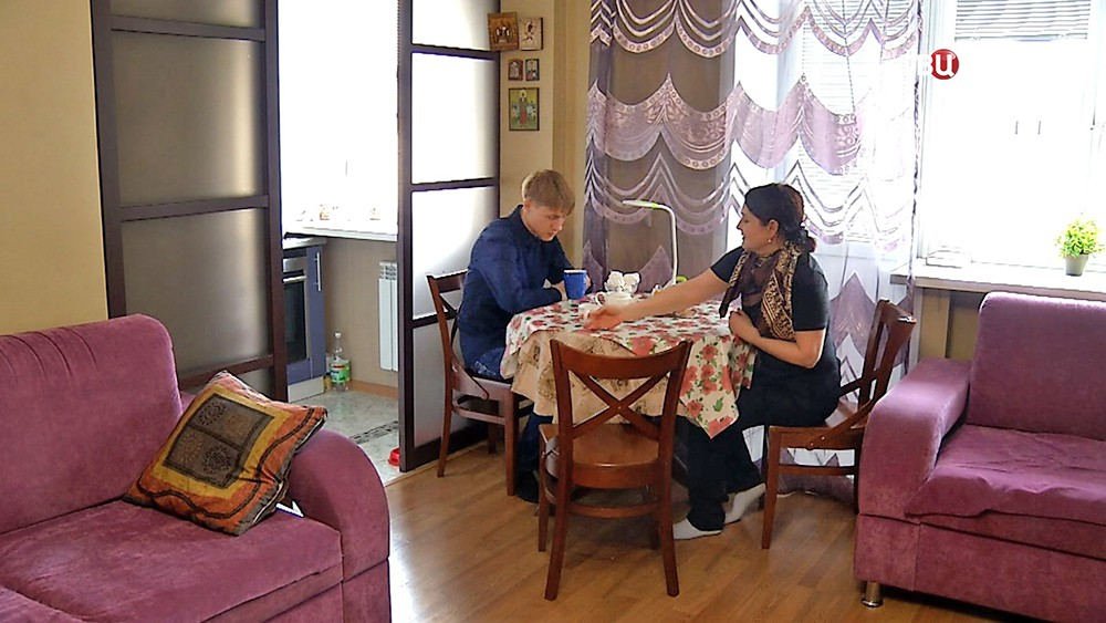 Подросток из детского дома проводит время в семье