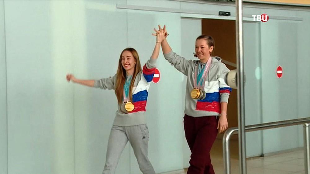 Паралимпийская спортсменка Михалина Лысова (слева)