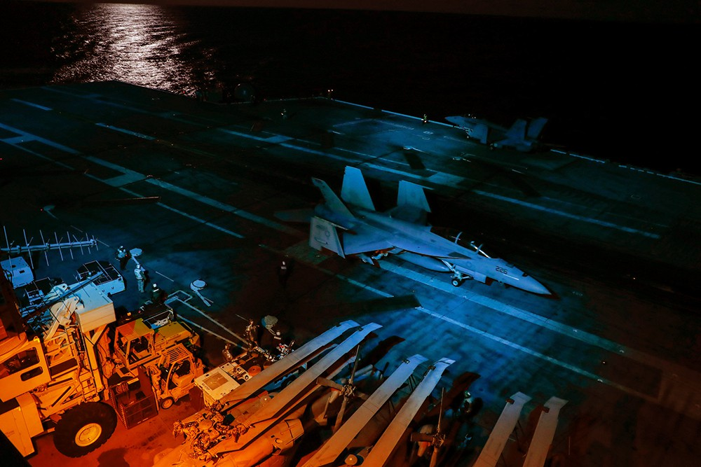 Истребители на палубе авианосца ВМС США