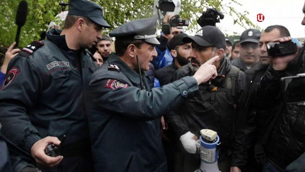 Полиция Армении и протестующие