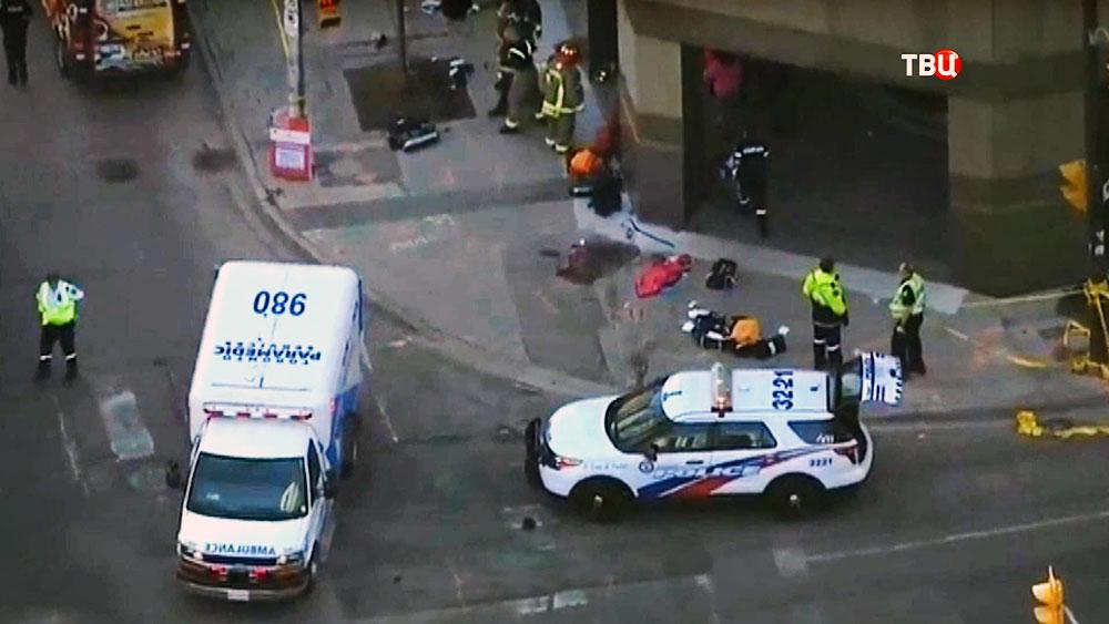Скорая помощь и полиция на месте происшествия в Канаде