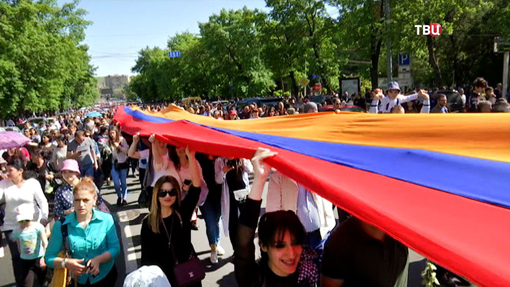 Люди несут флаг Армении