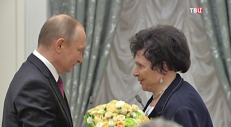 Владимир Путин вручает медали Героям Труда России