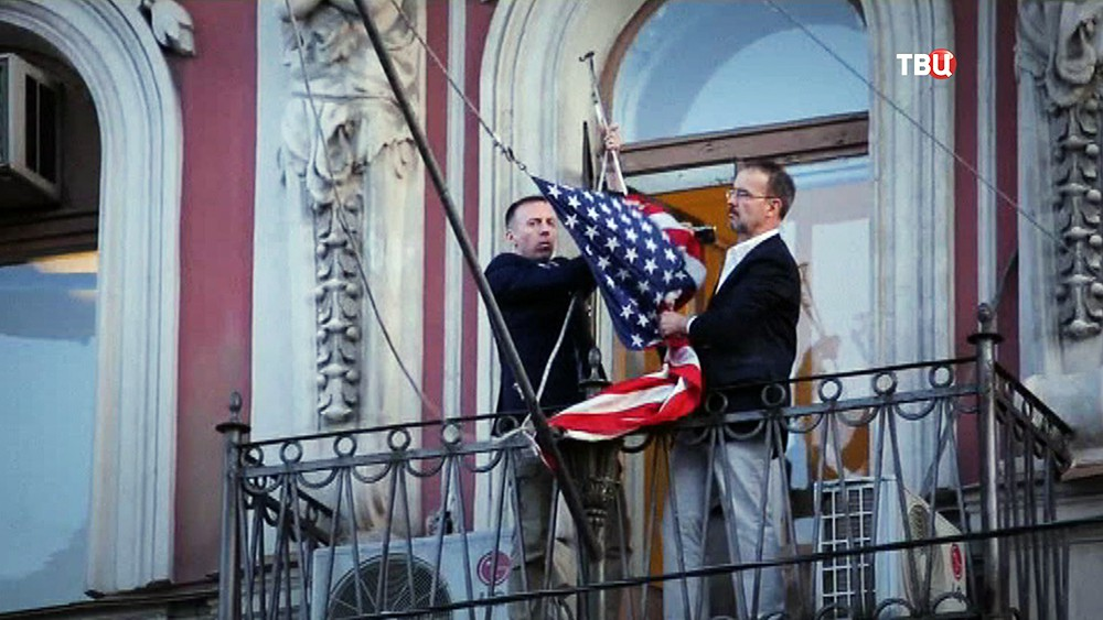 Снятие флага США со здания генконсульства