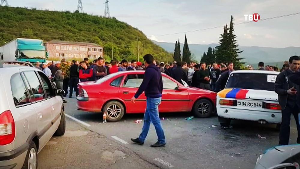 Митингующие в Армении перекрыли трассу