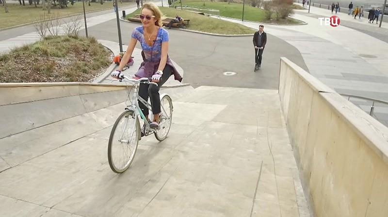 Ольга Прокофьева катается по центру Москвы на велосипеде