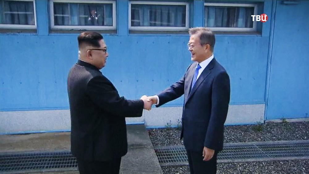 Лидеры Северной и Южной Кореи Ким Чен Ын и Мун Чжэ Ин