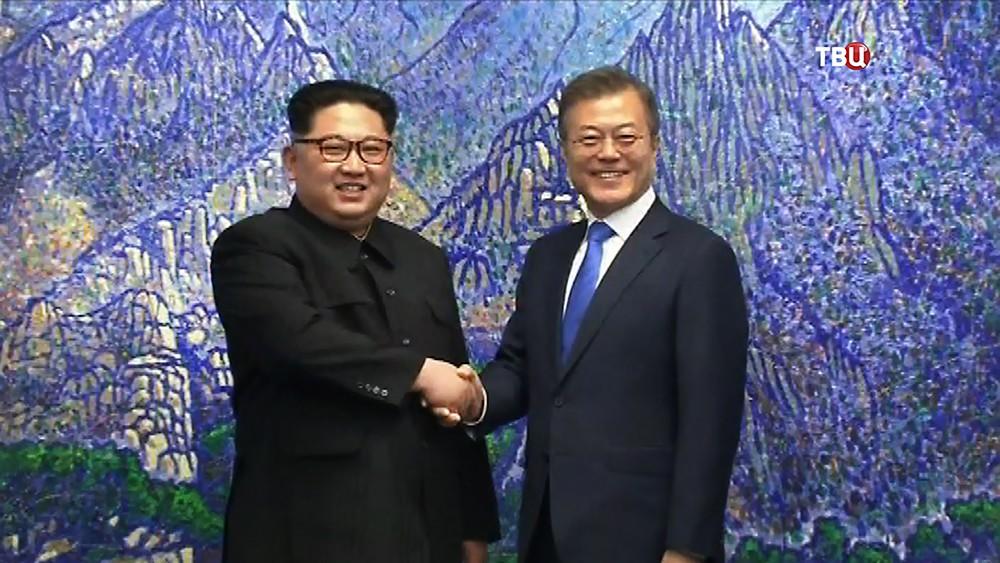 Лидеры Северной и Южной Кореи пожали друг другу руки