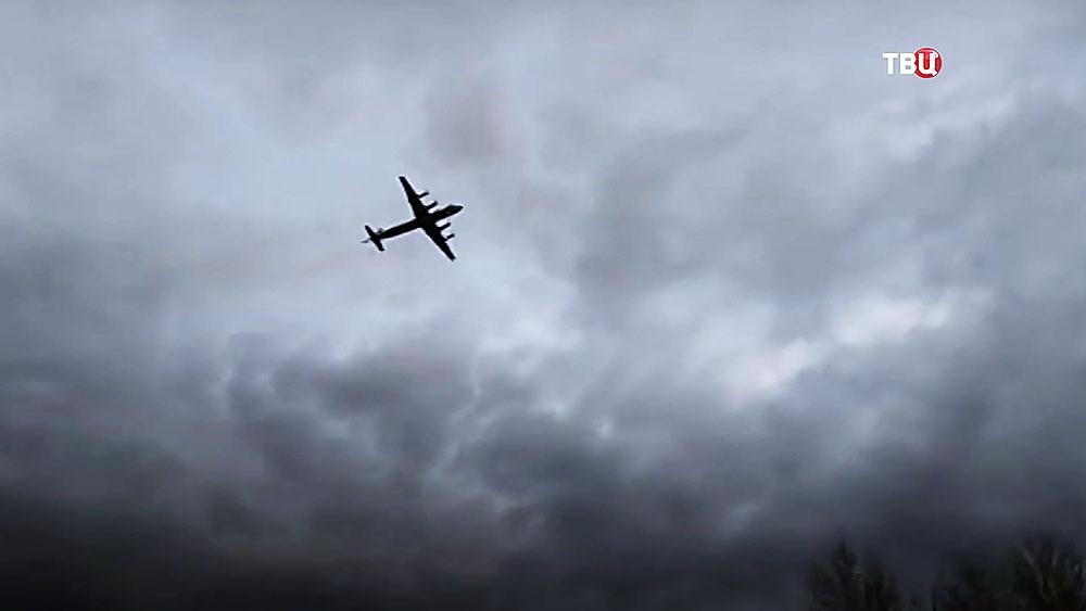 Самолёт Ил-38 в небе