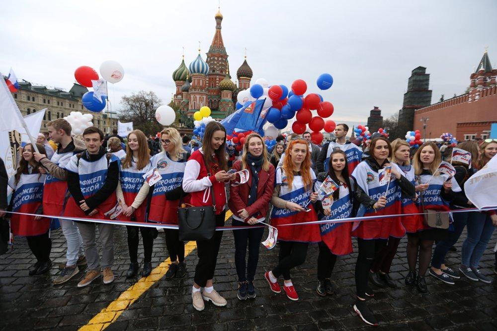 Участники первомайской демонстрации на Красной площади в Москве