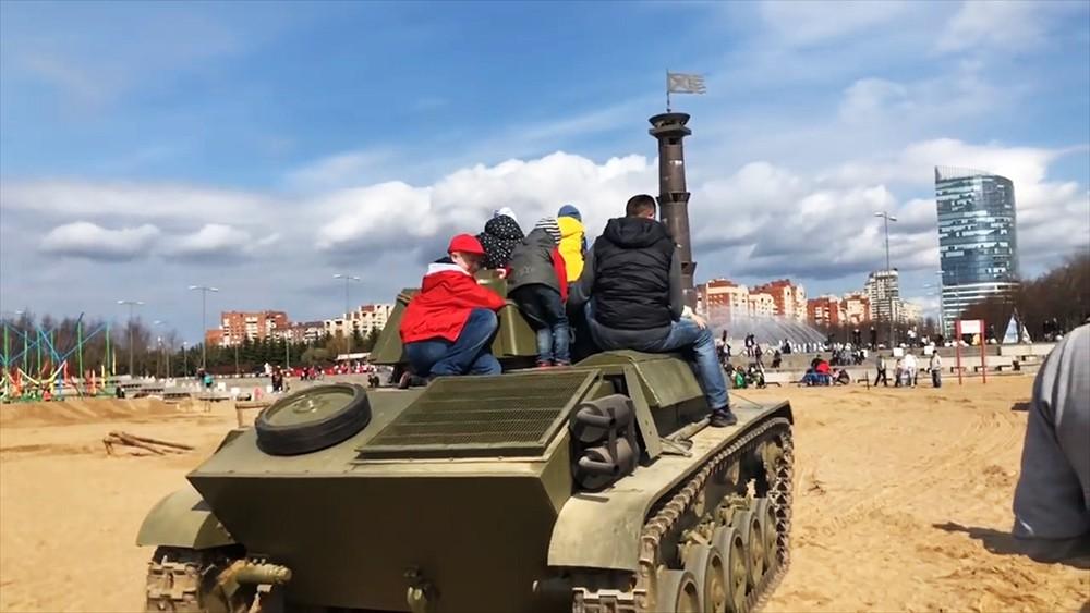 """Катание на танке Т-60 во время фестиваля """"Боевая сталь"""" в Санкт-Петербурге"""