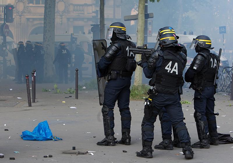Сотрудники полиции во время беспорядков, возникших во время первомайской демонстрации в Париже