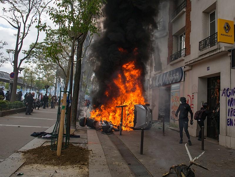 Участники беспорядков, возникших во время первомайской демонстрации в Париж