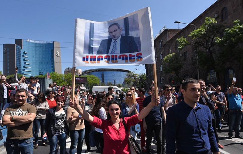 Сторонники лидера оппозиции в Армении Никола Пашиняна