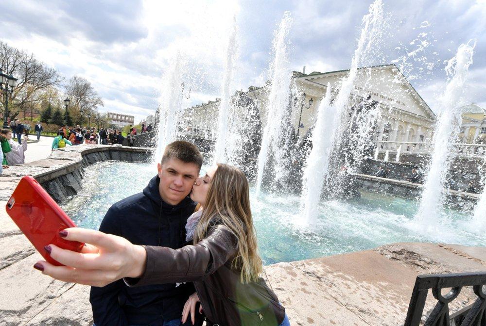 Селфи на фоне фонтана