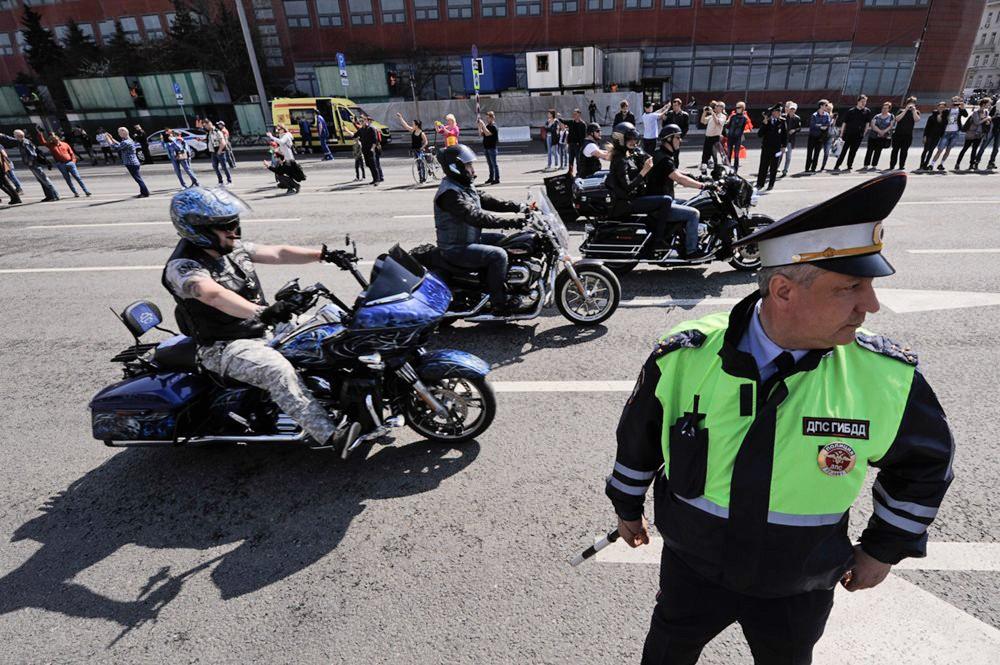 Мотоциклисты и инспектор ДПС