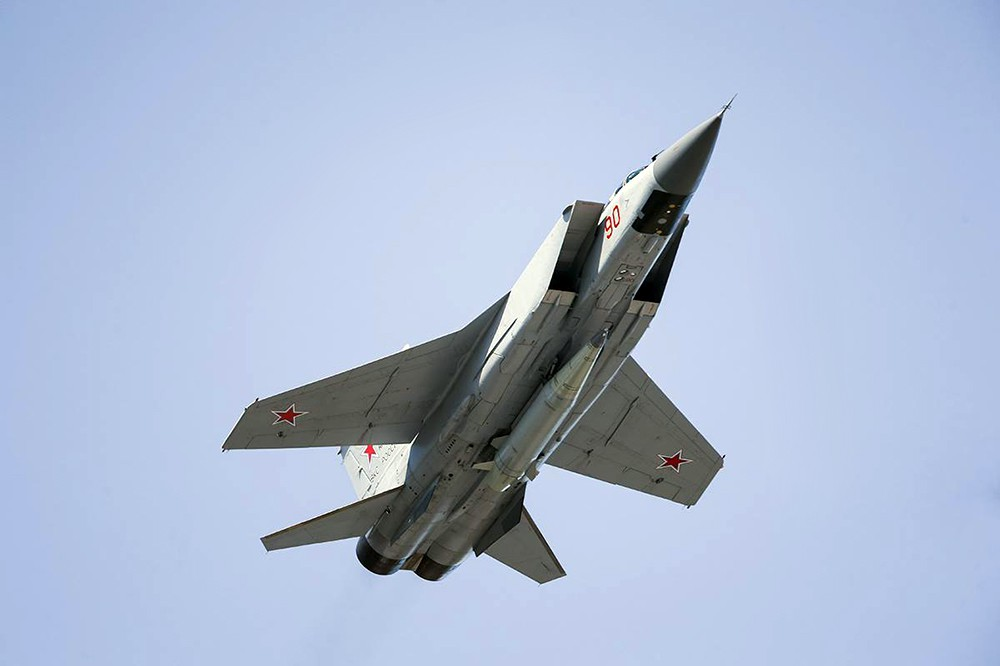 """Истребитель МиГ-31 ВКС с авиационным ракетным комплексом """"Кинжал"""""""