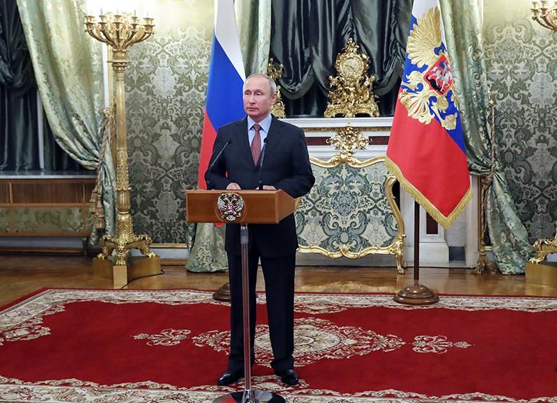Владимир Путин во время встречи с членами правительства