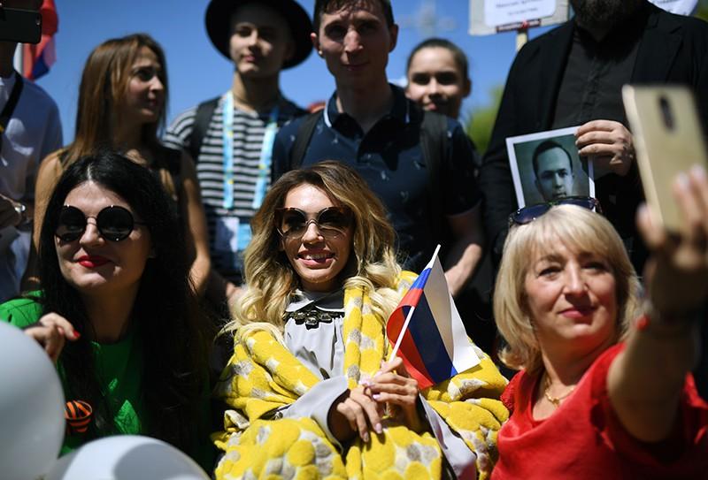 """Юлия Самойлова (в центре) во время акции """"Бессмертный полк"""" в Лиссабоне"""
