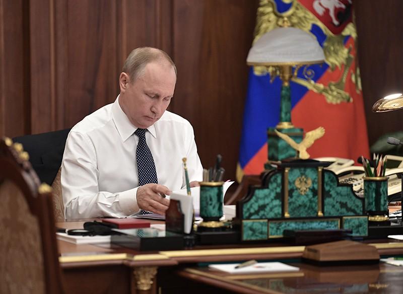 Избранный президент России Владимир Путин в рабочем кабинете