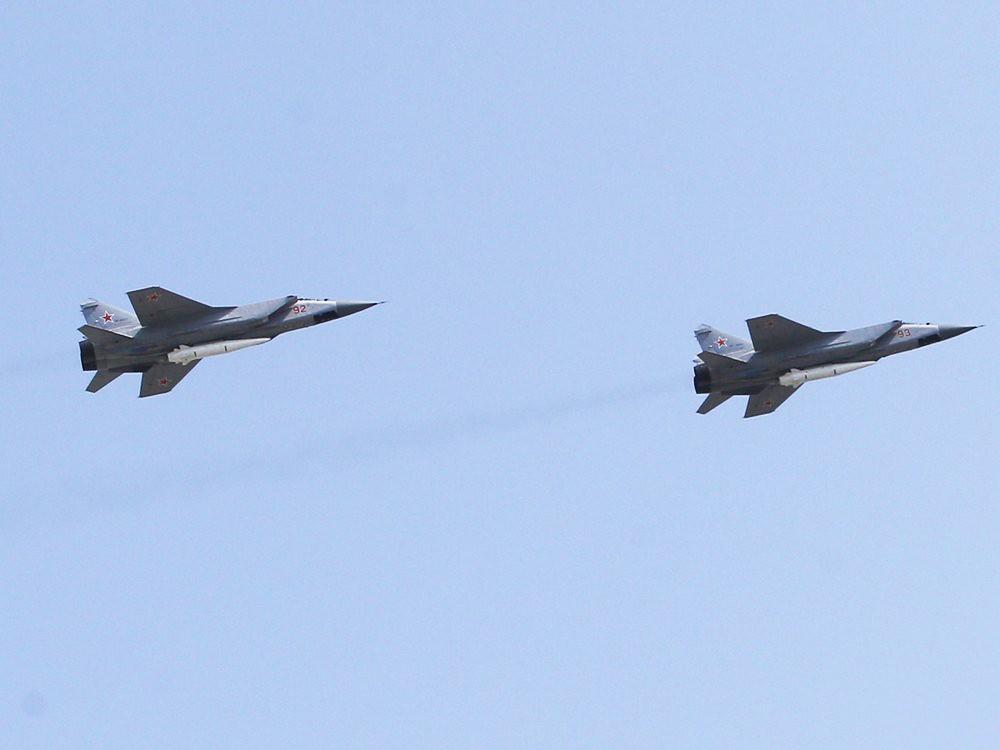 """Истребители МиГ-31 ВКС с авиационным ракетным комплексом """"Кинжал"""""""