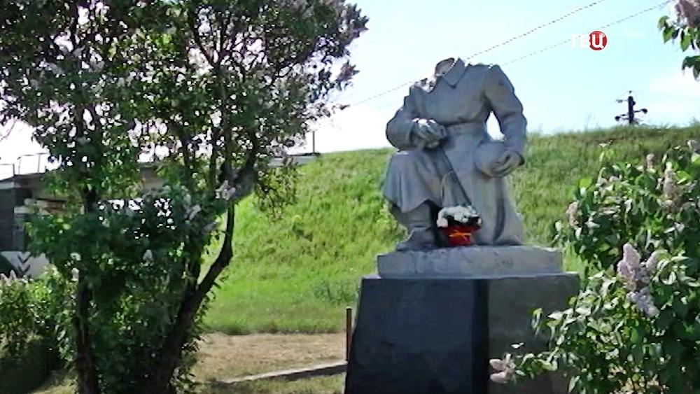 Вандалы повредили памятник Неизвестному солдату на Украине
