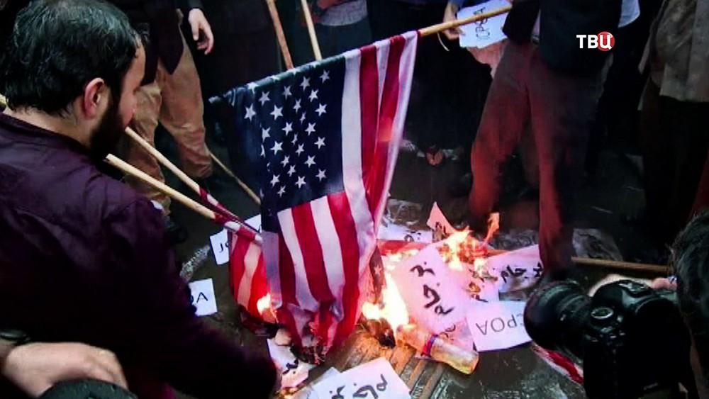 Жители Ирана сжигают флаг США