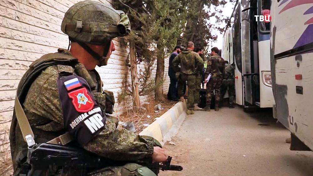 Военная полиция России (MP) следит за выходом боевиков из зоны боевых действий в Сирии